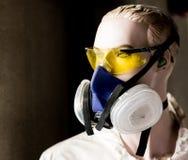 Maniquí de la seguridad que modela los vidrios y la máscara del respirador foto de archivo