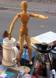 Maniquí del artista en un mercado de pulgas Imagen de archivo libre de regalías