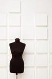 Maniquí del negro cerca de la pared blanca Fotos de archivo