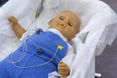 Maniquí del niño con los sensores conectados fotos de archivo