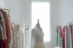 Maniquí del ` s del sastre con el vestido mitad-hecho Imagen de archivo libre de regalías
