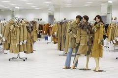 Maniquí en compartimiento en la venta de la ropa del invierno Foto de archivo