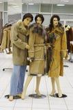 Maniquí en compartimiento en la venta de la ropa del invierno Foto de archivo libre de regalías