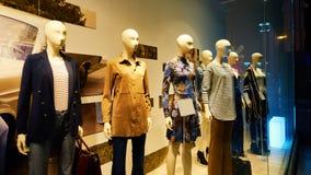 Maniquí en exhibición de la tienda de la ventana de la tienda de la moda Foto de archivo