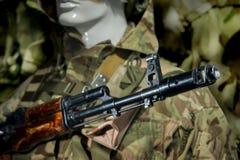 Maniquí en soldado del uniforme militar en un casco Foto de archivo
