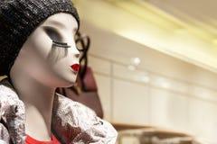 Maniquí espectacular en la tienda con los labios brillantes y las pestañas largas fotos de archivo
