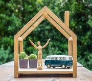 Maniquí feliz con el modelo del coche del vintage en casa de madera fotos de archivo