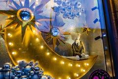 Maniquí femenino y diversas decoraciones de la Navidad en un showca Fotografía de archivo