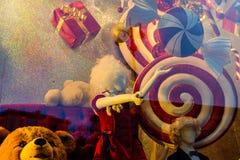 Maniquí femenino y diversas decoraciones de la Navidad en un showca Imágenes de archivo libres de regalías