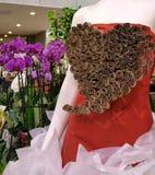 Maniquí sin cabeza en soporte de exhibición del florista Imagen de archivo libre de regalías