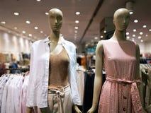 Maniquíes de la estación de primavera de Womenswear en una tienda foto de archivo libre de regalías