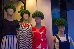 Maniquíes de la tienda con las pelucas del seto de la alheña Fotos de archivo libres de regalías
