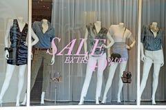 Maniquíes de la ventana del boutique de la venta Imagen de archivo libre de regalías