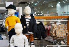 Maniquíes del bebé con ropa Equipo comercial en tiendas de ropa imagenes de archivo