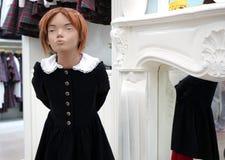 Maniquíes del bebé con ropa Equipo comercial en tiendas de ropa imágenes de archivo libres de regalías
