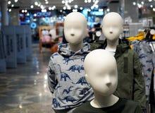 Maniquíes del bebé con ropa Equipo comercial en tiendas de ropa imagen de archivo