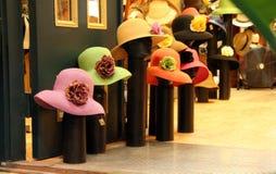 Maniquíes del departamento de sombrero con los sombreros de las mujeres Foto de archivo