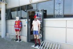 Maniquíes en la entrada de la tienda con los accesorios para las fans de deportes en el parque olímpico Preparaciones para el con Imagenes de archivo