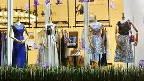 Maniquíes en la ventana de la tienda de ropa de las mujeres Fotos de archivo