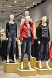 Maniquíes en tienda de la moda, vaqueros y abajo maniquíes de la moda de la chaqueta Imágenes de archivo libres de regalías