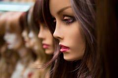 Maniquíes en una tienda de la peluca Imagenes de archivo