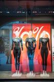 Maniquíes que llevan venta de la caída de las camisetas del descuento del porcentaje Fotografía de archivo libre de regalías