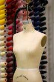 Maniquí de la costurera con el taller en la parte posterior Imagenes de archivo
