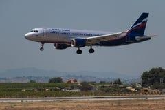 Manises, Espanha - 16 de junho de 2016: Aterrissagem de Aeroflot Airbus A320 no aeroporto de Manises em Val?ncia, Espanha foto de stock royalty free