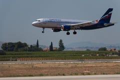Manises, Espanha - 16 de junho de 2016: Aterrissagem de Aeroflot Airbus A320 no aeroporto de Manises em Val?ncia, Espanha fotografia de stock royalty free