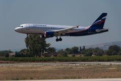 Manises, Espanha - 16 de junho de 2016: Aterrissagem de Aeroflot Airbus A320 no aeroporto de Manises em Val?ncia, Espanha imagem de stock