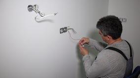 Manitas con el mercado eléctrico del tornillo sin cuerda del taladro almacen de video