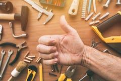 Manitas confiada que da el pulgar encima de la muestra de la mano de la aprobación, visión superior fotografía de archivo libre de regalías