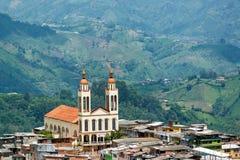 Manizales-Kirche und -hügel lizenzfreie stockfotografie