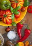 Manjericão e tomates frescos Foto de Stock