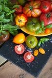 Manjericão e tomates frescos Imagens de Stock Royalty Free
