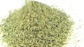 Manjerona, erva secada que cai em uma placa video estoque