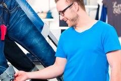 Manköpandejeans shoppar in Fotografering för Bildbyråer