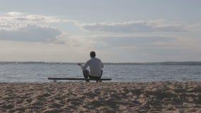 Mankast vaggar in i sjön arkivfilmer