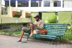 Manking rękodzieła na ławce w Banos, Ekwador Zdjęcia Royalty Free