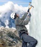 Manklättring på icefall i vinterberg Arkivbild