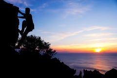 Manklättringen vaggar på berget Arkivfoto