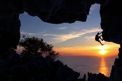 Manklättringgrotta på berget Arkivfoton
