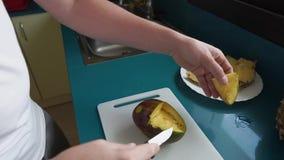 Manklippfrukter i kök stock video