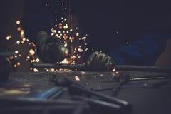 Manklippstål med en vinkelmolar producera varma gnistor Arkivfoto