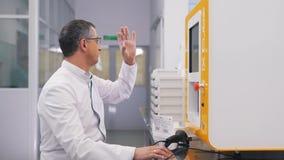 Mankontroller en lins för exponeringsglas i laboratoriumet stock video
