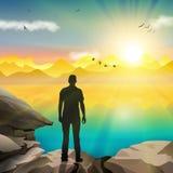 Mankontur som håller ögonen på soluppgången Arkivfoto