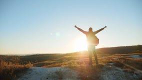 Mankontur som strävar för att framgånghand ska räcka att gå turist- fotvandra affärsföretagklättrare solnedgång för att klättra b stock video