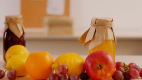 Mankvinnahänder som griper ny fruktsaftfrukt stock video