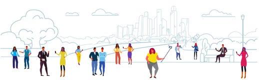 Mankvinnor som rymmer smartphones som tar selfie och använder deras folk för telefonkommunikationsbegrepp som går utomhus- stads- vektor illustrationer