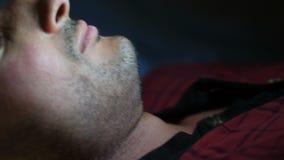 Manläggdags som ligger i säng genom att använda en grej arkivfilmer